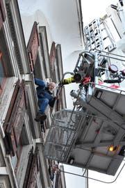 Ein Figurant wird mit der grossen Drehleiter der Feuerwehr Wattwil-Lichtensteig aus dem Gebäude in Sicherheit gebracht. (Bild: Urs M. Hemm)