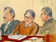 Eine Gerichtszeichnung zeigt den US-Guru Keith Raniere, der die Anhängerinnen seiner Organisation Nxivm sexuell ausgebeutet haben soll, zwischen seinen Anwälten. (Bild: KEYSTONE/FRE142054 AP/ELIZABETH WILLIAMS)