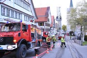 Rund 80 Angehörige der Feuerwehr sowie elf Fahrzeuge waren am Dienstagabend in Hemberg im Einsatz. (Bild: Urs M. Hemm)