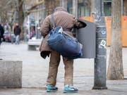 Durchschnittlich 6,2 Prozent der EU-Bürger sind von extremer Armut betroffen. Spitzenreiter ist Bulgarien, wo jeder Fünfte seine Rechnungen nicht bezahlen kann. Mit 1,5 Prozent extrem Armer (gemäss EU-Norm) steht die Schweiz auf Rang drei der *reichsten» Länder Europas hinter Schweden und Luxemburg. (Bild: Keystone/DPA/KAY NIETFELD)