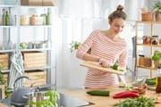 Auch als Single kann man sich gesund ernähren, ohne viel Abfall zu produzieren oder gar etwas wegwerfen zu müssen. (Bild: Katarzyna Bialasiewicz/Getty)