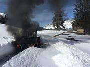 Die Einsatzkräfte konnten mit den Fahrzeugen nicht bis zur brennenden Fräse gelangen. (Bild: Kapo GR)