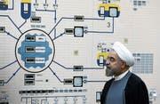 Präsident Hassan Rohani beim Besuch eines Kernkraftwerks nahe der iranischen Küstenstadt Buschehr. (Bild: M. Berno/AP (13. Januar 2015))