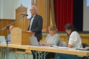 Schulpräsident Rolf Gmünder führt durch die Versammlung in der Mehrzweckhalle Bürglen. (Bild: Mario Testa)