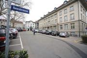 Die Parkplätze auf dem unteren Postplatz in Zug. (Bild: Daniel Frischherz, 25. März 2019)