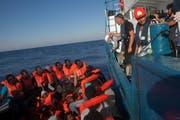Das Rettungsschiff Iuventa auf einem Einsatz im Mittelmeer, bevor es im August 2017 von der Italienischen Staatsanwaltschaft beschlagnahmt wurde. (Bild: Cesat Dezfuli/PD)
