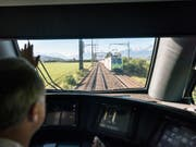 Die BLS - hier ein Zug im Berner Aaretal - schickt Ende 2019 noch keine Interregio-Züge nach Biel und Olten. (Bild: KEYSTONE/CHRISTIAN BEUTLER)