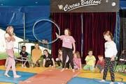 Lange geübt: Kinder treten im Circus Balloni auf. (Bild: Heidy Beyeler)