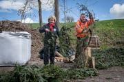 Köhlerin Doris Wicki und Fotograf Simon Meyer, der während der Köhler-Woche im Haus zum Dolder seine Bilder zeigt. (Bild: Boris Bürgisser, Beromünster, 9. Mai 2019)