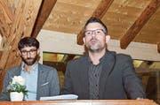 Aadorfs Gemeindepräsident Matthias Küng stellt den Thurkultur-Mitgliedern und Präsident David Zimmermann das Versammlungslokal, den Hänkiturm, vor. (Bild: che)
