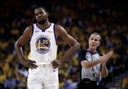 Superstar Kevin Durant fällt mit einer Wadenzerrung aus. (Bild: Ben Margot/AP (Oakland, 8. Mai 2019))