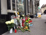Am 4. August 2017 stach der Beschuldigte einen jungen Mann in der St. Galler Innenstadt nieder. Blumen erinnerten noch Tage danach an die tragische Tat. Das Kreisgericht St. Gallen befasst sich am Donnerstag mit dem Fall. (Bild: Keystone-SDA/Silvia Minder)