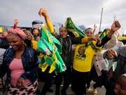 Sie können jubeln, aber verhalten: Der African National Congress (ANC) steht vor einem Wahlsieg, muss jedoch Verluste hinnehmen. (Bild: KEYSTONE/AP/HALDEN KROG)