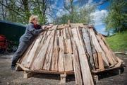 Die Entlebucherin Doris Wicki baut während der Köhlerwoche in Beromünster einen Meiler auf. (Bild: Boris Bürgisser, 9. Mai 2019)