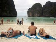 Die von Felsen gesäumte Traumbucht auf der thailändischen Insel Ko Phi Phi bleibt für weitere zwei jahre für Touristen gesperrt. Der Touristenansturm hatte zu massiven Umweltschäden geführt. (Bild: KEYSTONE/EPA/STRINGER)
