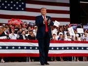 US-Präsident Donald Trump hat am Mittwoch auf einer Wahlkampfveranstaltung in Florida zu einem Rundumschlag von politischen Themen ausgeholt. (Bild: KEYSTONE/AP/EVAN VUCCI)