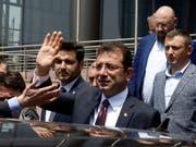 Der abgesetzte Bürgermeister von Istanbul, Ekrem Imamoglu, verspricht für die Wahlwiederholung am 23. Juni «null Fehler», sehr viel Vorsicht und eine «Revolution für Demokratie». (Bild: KEYSTONE/AP/BURHAN OZBILICI)