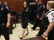 Ihren Prozess in New York machte sie mit einer extravaganten Kleiderwahl zu einer Show: die deutsche Hochstaplerin Anna Sorokin. (Bild: KEYSTONE/AP/RICHARD DREW)