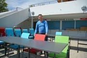 Yusuf Karageçili beim Einrichten des Restaurants im Freibad Sonnenberg in Herisau. Bild: Karin Erni