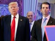 Der älteste Sohn von US-Präsident Donald Trump, Donald Trump Jr. (rechts), ist vor einen Senatsausschuss vorgeladen worden. (Bild: KEYSTONE/AP/EVAN VUCCI)