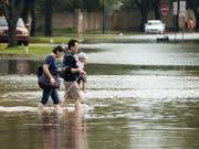 Heftige Regenfälle haben im US-Bundesstaat Texas zu schweren Überschwemmungen geführt. In Austin, woher dieses Bild stammt, haben Rettungskräfte die Leiche eines Mannes geborgen. (Bild: KEYSTONE/AP Houston Chronicle/MARK MULLIGAN)