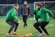 Training beim SC Brühl. Hinten mit schwarzer Windjacke Trainer Heris Stefanachi. (Bild: Urs Bucher - 13. März 2019=