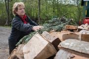Auf die Holzschicht verteilt Köhlerin Doris Wicki Tannenreisig. (Bild: Boris Bürgisser, Beromünster, 9. Mai 2019)