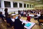 An der ersten Versammlung mit der neuen Schulbehörde im Turnraum Raperswilen war die Welt in der Volksschule Wigoltingen noch in Ordnung. (Bild: Mario Testa, 12. Dezember 2017)