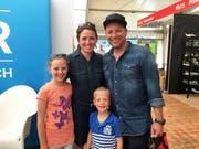 Die Familie Kuster (Denise, Patrik, Elena und Luca) ist extra aus Hirzel ZH für die Iheimisch angereist. Sie haben aber früher in Nidwalden gewohnt und immer noch Familie hier. «Wir sind quasi Heiweh-Iheimische.» (Bild: Fabienne Mühlemann/Luzerner Zeitung, 1. Juni 2019)