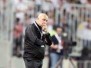 Christian Gross mit nachdenklicher Miene beim Final des Confederation Cup. (Bild: KEYSTONE/EPA/KHALED ELFIQI)
