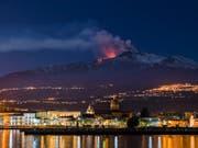 Er rumort wieder: Der Vulkan Ätna mit der Stadt Riposto auf Sizilien im Vordergrund. (Bild: KEYSTONE/AP/SALVATORE ALLEGRA)