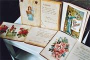 Mit der Einführung der aus festem Papier gestanzten Blumen und anderen Motiven in leuchtenden Farben begann 1875 für das Poesiealbum eine neue Ausziermöglichkeit. Durch die neuen Bildchen bekamen die Alben den Charakter von Bilderbüchern. Viele Mädchen begannen, schöne Glanzbildchen zu sammeln. Heute sind diese zu Raritäten geworden. (Bild: Ruedi Loher)
