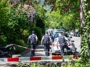Grossaufgebot: Polizisten am Freitag beim Wohnhaus, in dem ein 60-jähriger Mann zwei Frauen als Geiseln nahm und erschoss. (Bild: KEYSTONE/ENNIO LEANZA)