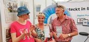 Isabelle, Ursi und Beat Würsch aus Emmetten haben am Glücksrad den Hauptpreis abgesahnt. (Bild: Markus von Rotz, 1. Juni 2019)