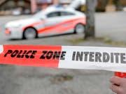 Ein Toter und eine Schwerverletzte durch Messerstiche: Die Waadtländer Polizei fand am Freitag in La Sarraz eine blutige Szenerie vor. (Bild: KEYSTONE/LAURENT GILLIERON)