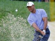 Tiger Woods zeigt einen perfekt ausbalancierten Schlag aus dem Bunker (Bild: KEYSTONE/FR52593 AP/JAY LAPRETE)