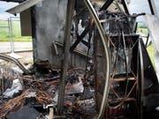 Bild der Zerstörung nach der Explosion bei einer Mobilfunkantenne in Denens VD. (Bild: KEYSTONE/SANDRA HILDEBRANDT)