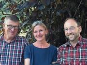 Der scheidende Alpschreiber Reto Meier mit Nachfolgerin Melanie Zumbühl und Alpgenossenpräsident Paul Odermatt (von links). (Bild: PD)