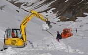 Die Schneeräumungsequipe der Dampfbahn Furka-Bergstrecke musste in den letzten Wochen und Tagen ausserordentlich grosse Schneemengen wegräumen. (Bild: Urs Züllig)