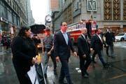 Der New Yorker Gouverneur Andrew Cuomo ist nach dem Helikopterabsturz vor Ort. (Bild: AP Photo/Mark Lennihan)