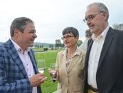David Angst, Chefredaktor der Thurgauer Zeitung, im Gespräch mit Bundesrat Guy Parmelin und dessen Ehefrau Caroline Parmelin. (Bild: Margrith Pfister-Kübler)