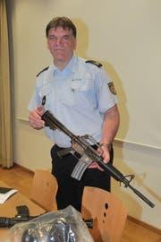 Der damalige Konstanzer Polizeipräsident Ekkehard Falk zeigt bei einer Pressekonferenz nach der Schiesserei die Tatwaffe, ein M16-Sturmgewehr der US-Streitkräfte. (Bild: Oliver Hanser, 30. Juli 2017)