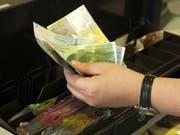 Lukrativer Griff in die Kasse: Die Angestellte hatte es auf Banknoten abgesehen. (Symbolbild: Barbara Hettich)