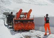 ie jedes Jahr kommt bei der Freilegung der Geleise der Dampfbahn Furka-Bergstrecke schweres Gerät zum Einsatz. (Bild: Urs Züllig)
