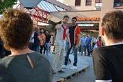 Laienmodels präsentieren Männermode auf dem improvisierten Laufsteg auf dem Marktplatz. (Bild: Monika Wick)