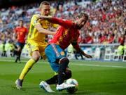 Spaniens Penaltytorschütze Sergio Ramos (rechts) im Duell mit Ludwig Augustinsson (Bild: KEYSTONE/AP/MANU FERNANDEZ)