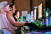 Teilnehmer am vierten Arboner E-Event bestreiten im Seeparksaal ihren Wettkampf. (Bild: Max Eichenberger)