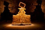 """""""Spiegelgold"""", eine von 21 Allegorien der St. Galler Kostümbildnerin Marion Steiner in der Ausstellung der Schlossmediale Werdenberg."""