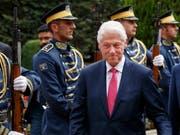 Der frühere US-Präsident Bill Clinton inspiziert die kosovarische Ehrengarde in der Hauptstadt Pristina. (Bild: KEYSTONE/EPA/VALDRIN XHEMAJ)
