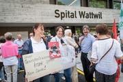 Der Wattwiler Spital-Standort steht zur Debatte. Im Bild die Kundgebung vor dem Spital mit Ständerat Paul Rechsteiner am 2. Juni 2018. (Bild: Ralph Ribi)
